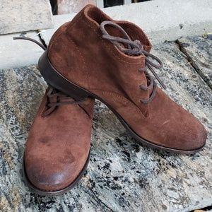 Never worn frye women's carly chukka boot